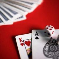 Miksi pokerin pelaaminen on edelleen suosittua nettikasinoissa?